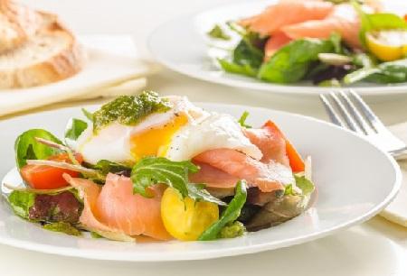 зеленый салат с яйцом пашот
