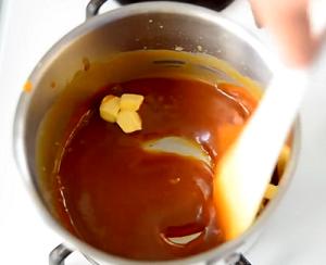 добавляем масло сливочное в карамельный соус