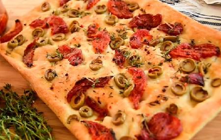 итальянская фокачча с оливками и томатами