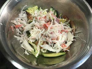 салат с авокадо и снежным крабом фото