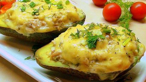Запеченный авокадо с креветками и сыром рецепт