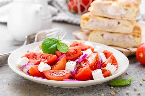 салат из спелых томатов