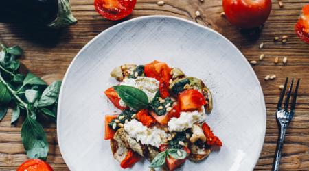 баклажаны с моцареллой и помидорами