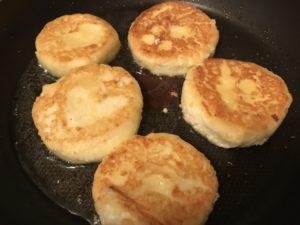 сырники с кукурузной мукой на сковороде