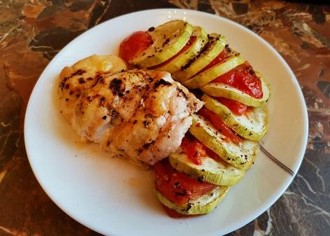 запеченная куриная грудка с овощами