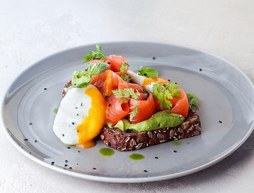 сэндвич с лососем и авокадо