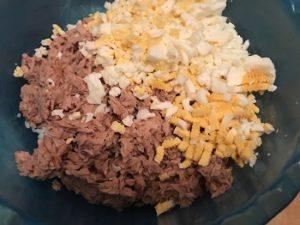 нарезка на салат с консервированным тунцом