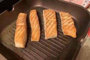 вкусный стейк из лосося на сковородке