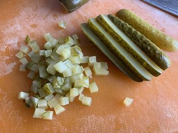 соленые огурцы нарезка кубик 0,5 см.