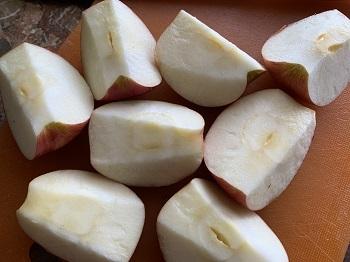 удалите сердцевину у яблок