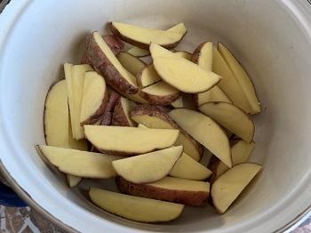 нарежьте картофель дольками