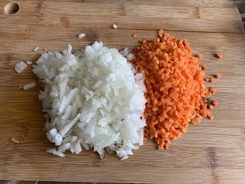 нарежьте лук и морковь мелким кубиком